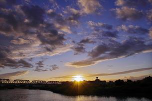 淀川の夕景と赤川橋梁の写真素材 [FYI00325518]