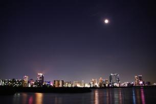 月と梅田の夜景の写真素材 [FYI00325527]