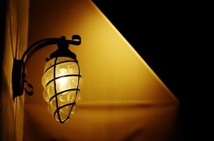 暗闇とランプの写真素材 [FYI00325551]