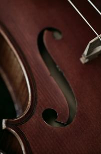 オールドフレンチ・ヴァイオリンのf字孔の写真素材 [FYI00325559]