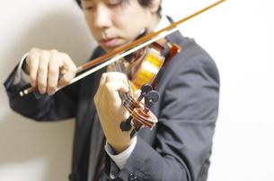 バイオリンの演奏の写真素材 [FYI00325577]