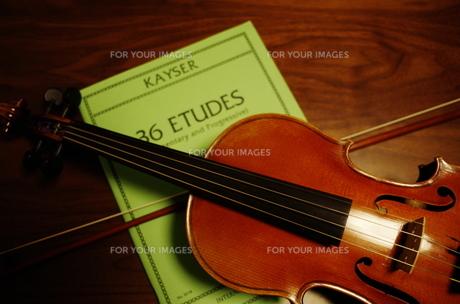 ヴァイオリンと楽譜と弓の写真素材 [FYI00325596]