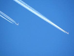 飛行機雲2連の写真素材 [FYI00325609]