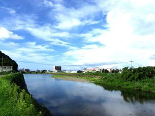 川面に映る青空と雲の写真素材 [FYI00325611]