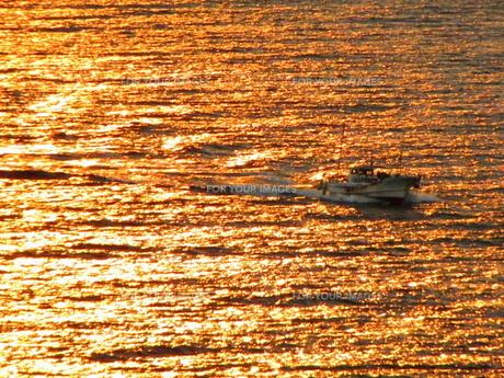 夕暮れの海と船の写真素材 [FYI00325615]