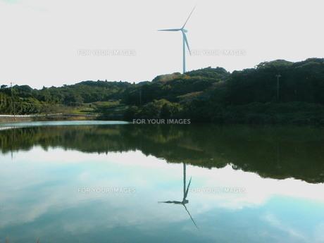 水面に映る風車の素材 [FYI00325617]
