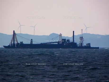 作業船と風車の写真素材 [FYI00325636]