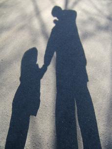 手をつなぐ父と娘の写真素材 [FYI00325645]