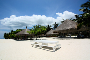 ビーチのホワイトベンチの写真素材 [FYI00327659]