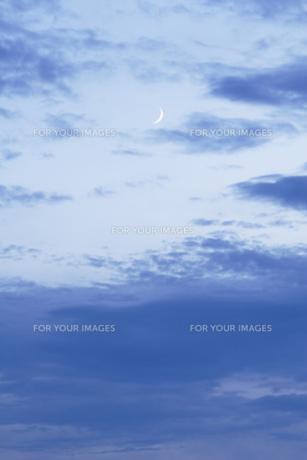 夕暮れの三日月の写真素材 [FYI00327679]
