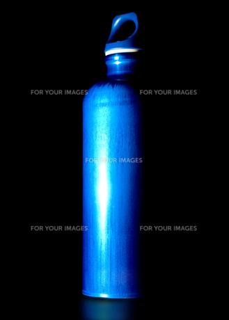 青いアルミボトルの素材 [FYI00327709]
