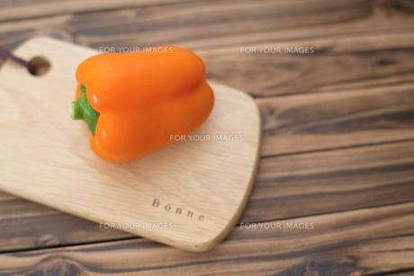 オレンジ色のパプリカの素材 [FYI00327774]