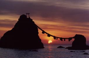 夫婦岩の日の出と富士山の写真素材 [FYI00327938]