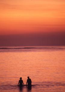 二人の夕焼けの写真素材 [FYI00327941]