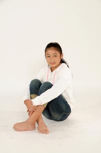 ひざを抱く 少女の写真素材 [FYI00328091]