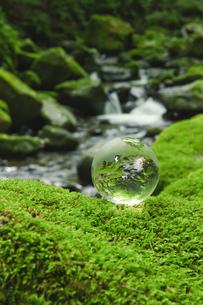 清流のガラスの地球儀の写真素材 [FYI00328103]