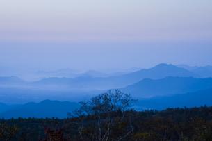 夜明けの山並みの写真素材 [FYI00328126]