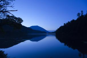 湖面に映る男体山の写真素材 [FYI00328174]