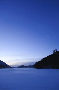 夜明けの湯の湖と月の写真素材 [FYI00328187]