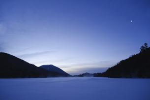 夜明けの男体山と月の写真素材 [FYI00328191]