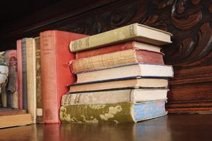 本棚の古い本の写真素材 [FYI00328317]