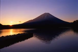 日の出の精進湖の素材 [FYI00328690]