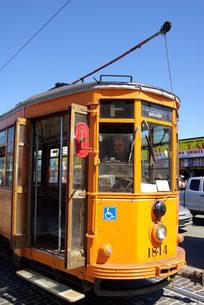 黄色い路面電車の写真素材 [FYI00328799]
