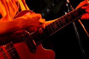 六弦を掻き鳴らすロックンローラーの写真素材 [FYI00328965]