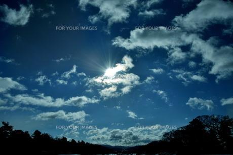 雲間から覗いた太陽の写真素材 [FYI00328971]