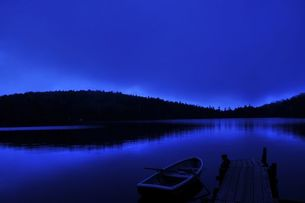 夜明け前の湖の写真素材 [FYI00329265]