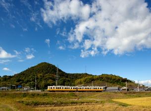 讃岐平野を行く琴電の写真素材 [FYI00329300]
