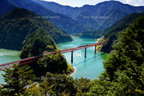 大井川鐵道井川線とダム湖の水上スキーの写真素材 [FYI00329304]
