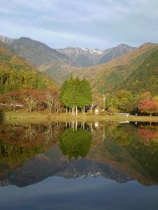 駒ケ池に映る駒ケ岳の写真素材 [FYI00329502]