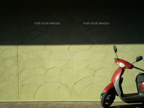 冬の日のスクーターの写真素材 [FYI00329517]