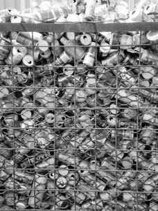 空き缶がいっぱい、モノクロームの写真素材 [FYI00329525]