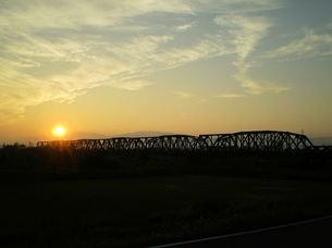 鉄橋と夕暮れの写真素材 [FYI00329568]