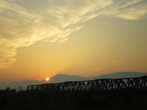 鉄橋と夕暮れの写真素材 [FYI00329575]