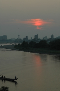 長良川の夕景、鵜舟一艘の写真素材 [FYI00330298]