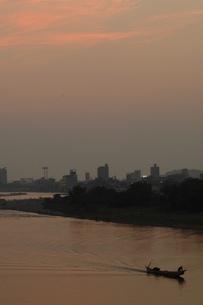 長良川の夕景、遡上する鵜舟の写真素材 [FYI00330304]