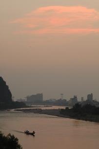 長良川の夕景、遡上する舟の写真素材 [FYI00330311]