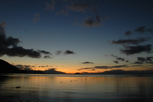 奥琵琶湖の朝焼け、遠くに伊吹山の写真素材 [FYI00330399]