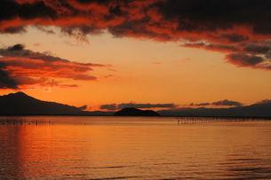 奥琵琶湖の朝焼け、もうすぐ日が昇るの写真素材 [FYI00330403]