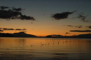 奥琵琶湖、未明、朝焼け始まるの写真素材 [FYI00330407]