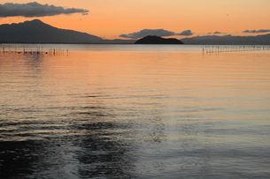 奥琵琶湖の朝、朝焼けの写真素材 [FYI00330408]