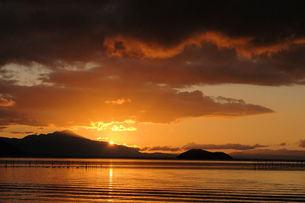 奥琵琶湖の朝日、朝焼けの写真素材 [FYI00330410]