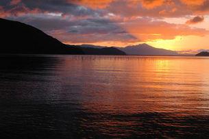 奥琵琶湖の夜明け、朝焼けの写真素材 [FYI00330412]