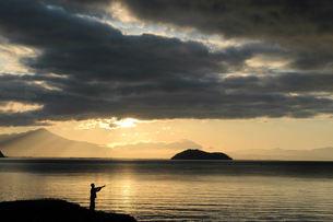 奥琵琶湖の朝、釣り人、竹生島の写真素材 [FYI00330420]