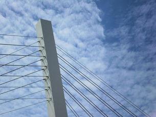 斜長橋の支柱とワイア、雲、鵜飼大橋の写真素材 [FYI00330441]