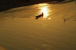 鮎の瀬張り漁、夕日に輝くの素材 [FYI00330457]
