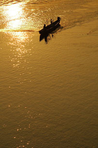 長良川、鮎の瀬張り漁、夕日のシルエットの素材 [FYI00330462]